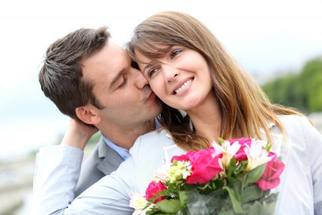 Мужчина дарит цветы женщине