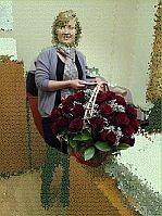 Именинница с корзиной из 49 красных роз