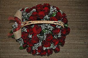 Корзина из 49 красных роз вид сверху
